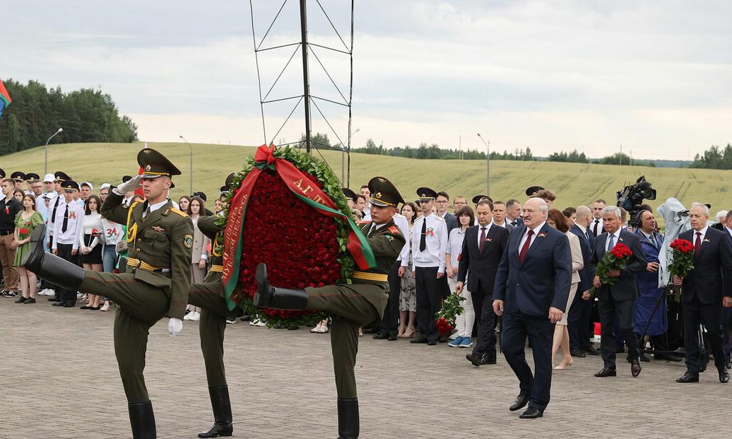 Президент возложил цветы к мемориалу «Курган Славы»